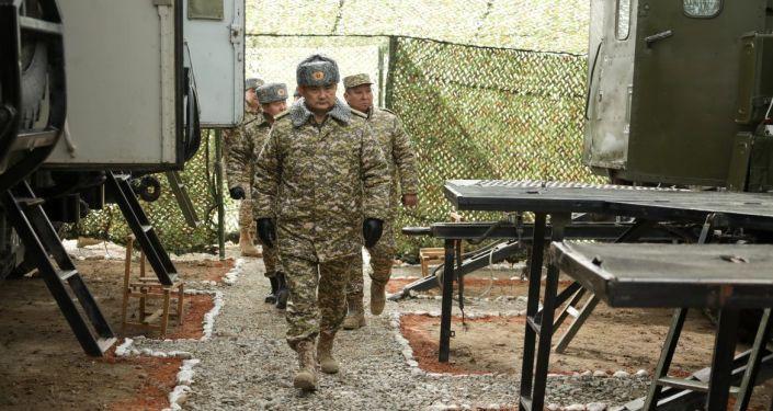 Министр обороны КР Таалайбек Омуралиев во время осмотра местности перед командно-штабными и мобилизационными учениями Коопсуздук-2021 и Формирование Юг-2021
