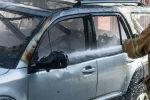 Пожарный тушит автомобиль. Архивное фото