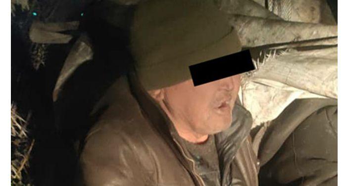 В Бишкеке сотрудники УПСМ задерживают подозреваемых в краже крышек от канализационных люков. 16 марта 2021 года