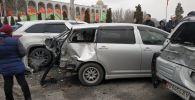 Последствия крупного ДТП на улице Киевской рядом с центральной площадью Ала-Тоо