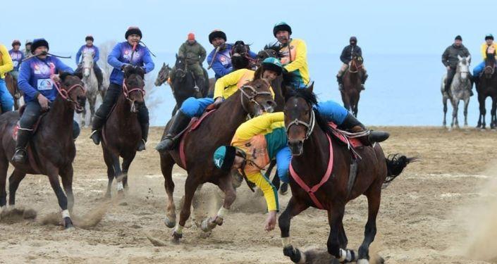 Спортсмены во время матча кок бору на соревнованиях к празднику Нооруз