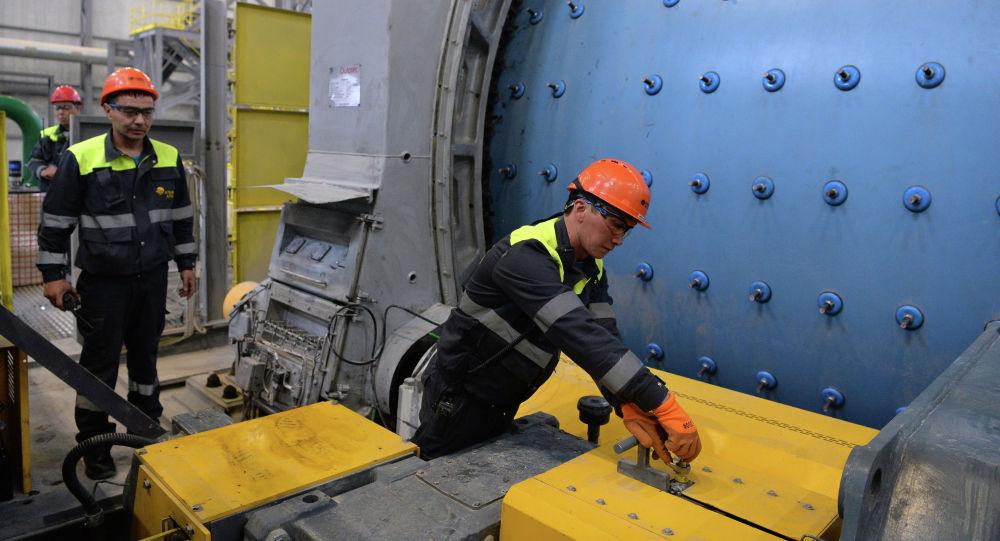Сотрудники во время запуска Таласского золоторудного комбината месторождения Джеруй.