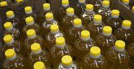 Бутылки с растительным маслом в магазине. Архивное фото