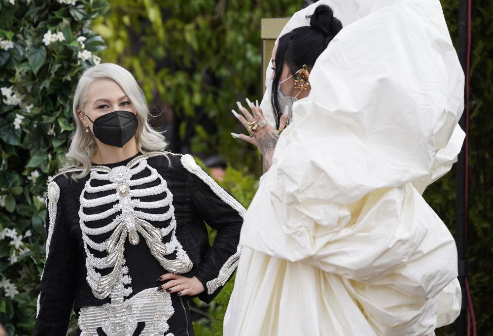 Певица Фиби Бриджерс и актриса Ноа Сайрус на церемонии награждения