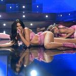 Певица Дуа Липа удивила публику своим сценическим образом во время выступления