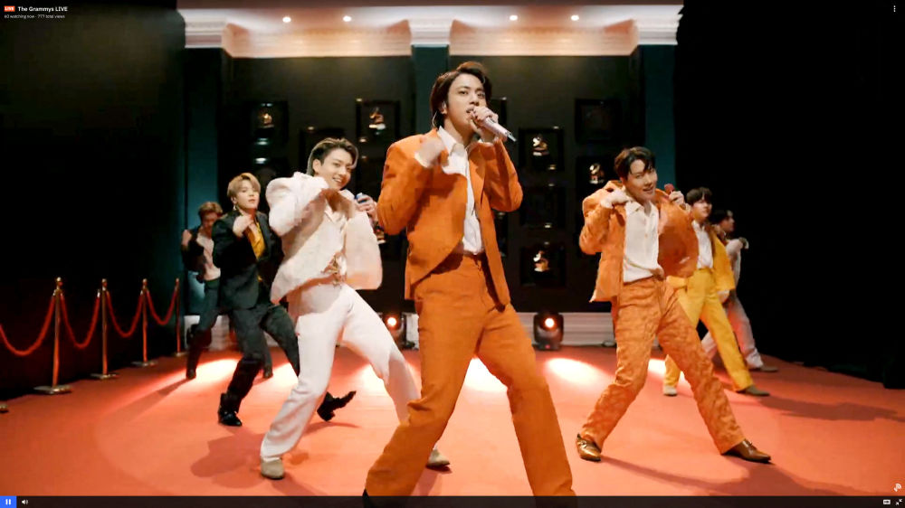 Южнокорейская группа BTS во время выступления на церемонии награждения