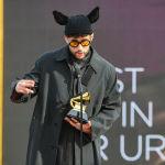 Пуэрто-риканский певец Bad Bunny с наградой на церемонии награждения