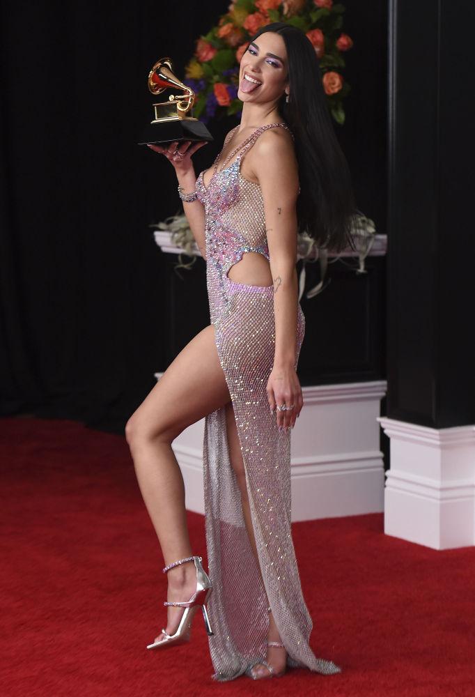 Дуа Липа удивила не только сценическим образом, но и откровенным платьем