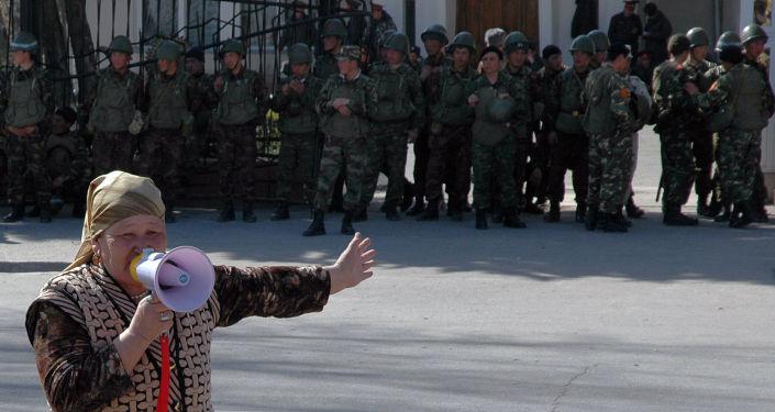 Участница акций протеста перед зданием губернатора в городе Джалал-Абад. 11 марта 2005 года