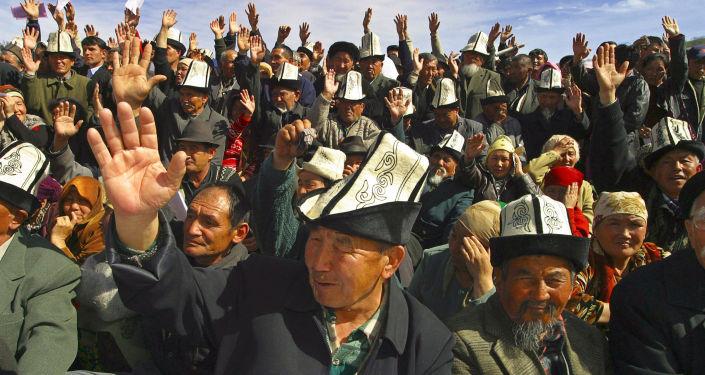 Участники акций протеста за отставку президента Аскара Акаева в городе Джалал-Абад. 15 марта 2005 года