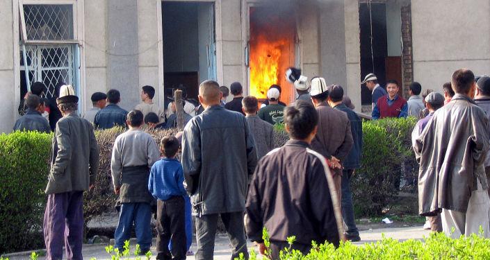 Горящее здание отделения милиции в городе Джалал-Абад на юге Кыргызстана. 20 марта 2005 года