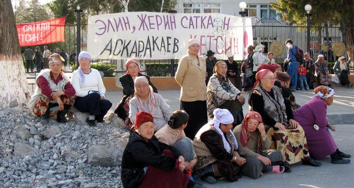 Протестующие за отставку президента КР Аскара Акаева в городе Джалал-Абад на юге Кыргызстана. 23 марта 2005 года