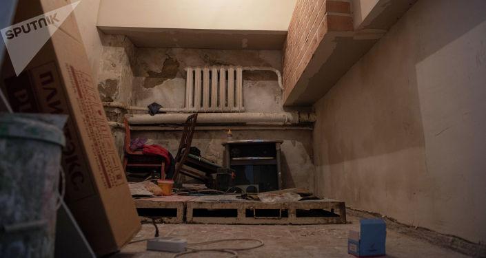 Вид на одну из комнат в тренажерном зале для лиц с ограниченными возможностями здоровья до ремонта в Бишкеке