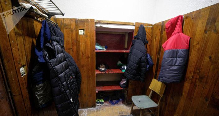 Вид на раздевалку после ремонта в тренажерном зале для лиц с ограниченными возможностями здоровья в Бишкеке