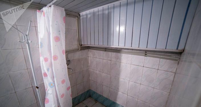 Вид на душ в тренажерном зале для лиц с ограниченными возможностями здоровья после ремонта