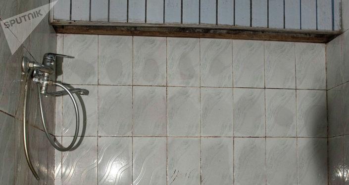 Вид на душ в тренажерном зале для лиц с ограниченными возможностями здоровья до ремонта