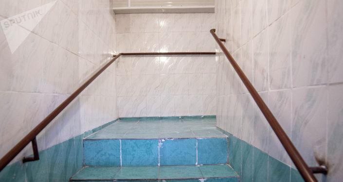 Вид на коридор в душевую в тренажерном зале для лиц с ограниченными возможностями здоровья после ремонта