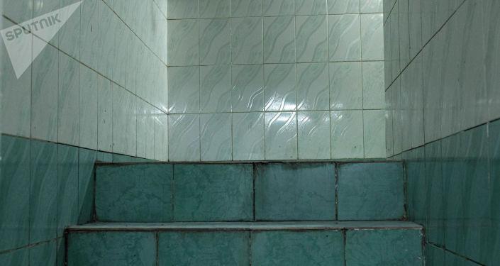 Вид на коридор в душевую в тренажерном зале для лиц с ограниченными возможностями здоровья до ремонта
