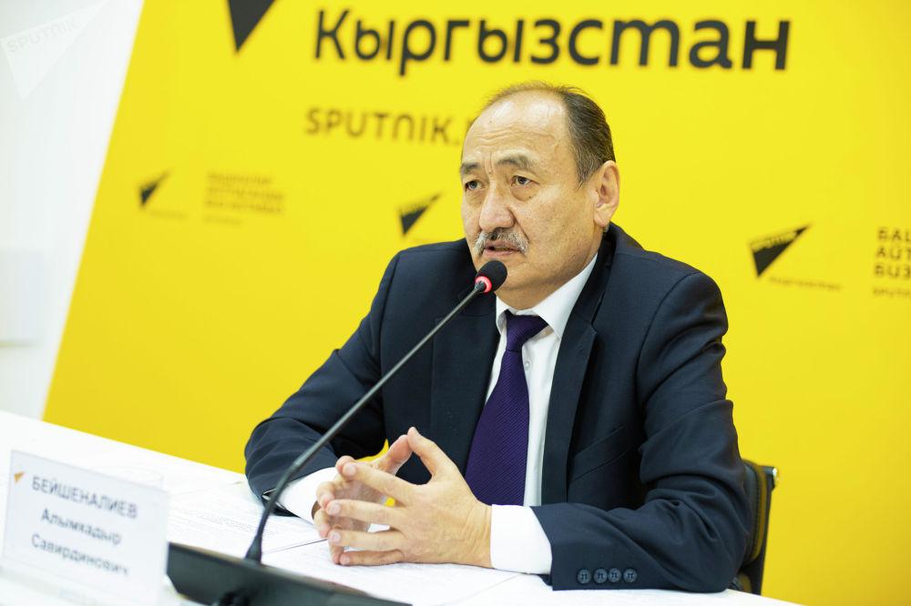 Министр здравоохранения и социального развития Алымкадыр Бейшеналиев во время брифинга в мультимедийном пресс-центре Sputnik Кыргызстан