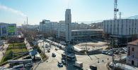 Вид с дрона на здание Кыргызтелекома и пересечение проспекта Чуй и улицы Абрахманова в центре Бишкека