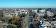 Вид с дрона на улицу Абдрахманова в центре Бишкека