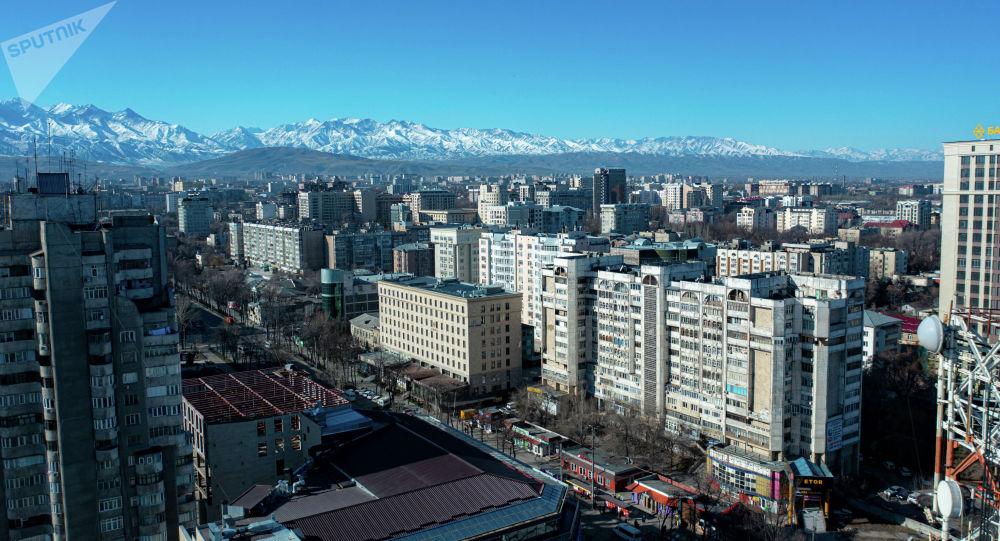 Вид с дрона на многоэтажные дома вдоль улицы Абдрахманова в центре Бишкека