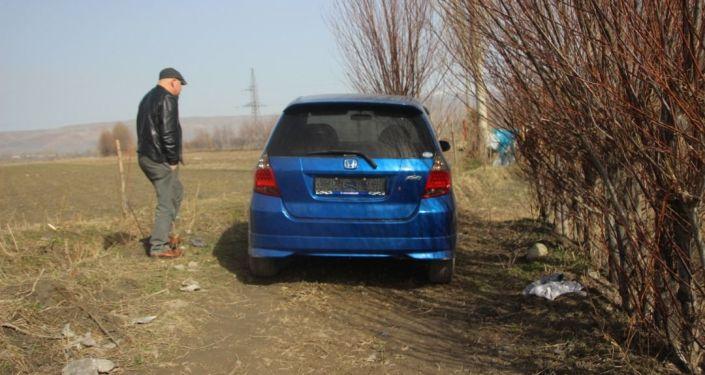 Автомобиль синего цвета марки Хонда-Фит, на котором передвигался подозреваемый в убийстве двух человек в Узгене. 19 марта 2021 года