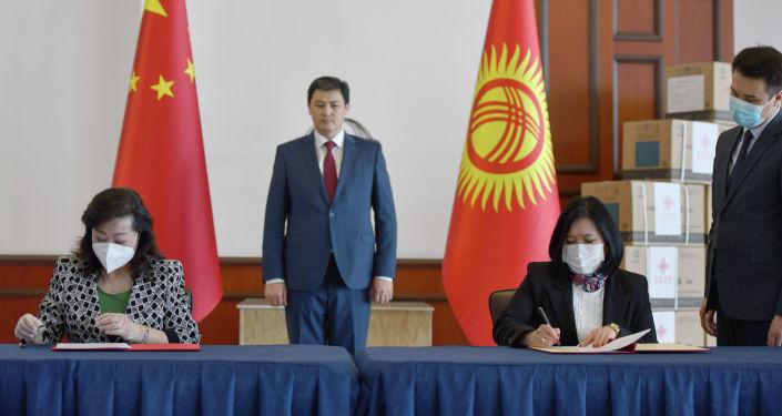 Премьер-министр КР Улукбек Марипов принял участие в церемонии передачи 150 тысяч доз китайской вакцины от COVID-19 SinoPfarm