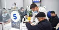 Сотрудники во время обслуживания клиентов. Архивное фото