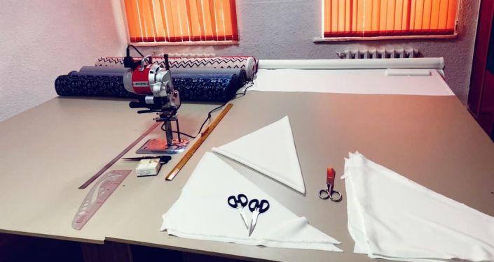 Принадлежности швейной мастерской для детей-сирот открытой в Токмаке благотворительным фондом Нурлуу кайрымдуу кыздар женщин-предпринимателей. 19 марта 2021 года