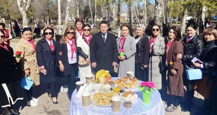 Благотворительный фонд Нурлуу кайрымдуу кыздар женщин-предпринимателей со спикером ЖК Талантом Мамытовым на открытии в Токмаке швейной мастерской для детей-сирот. 19 марта 2021 года