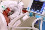 Пациент в отделении реанимации в госпитале для больных COVID-19. Архивное фото