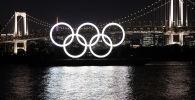 Монумент из пяти олимпийских колец на плавучей барже в Токийском заливе. Архивное фото