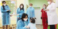Кыргызстандын Россиядагы элчиси Гүлнара-Клара Самат кыргызстандык кичинекей бөбөктөр жашаган жайга барды
