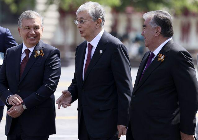 Казакстандын азыркы президенти Касым-Жомарт Токаев, Өзбекстандын президенти Шавкат Мирзиёев, Тажикстандын президенти Эмомали Рахмон. Архивдик сүрөт