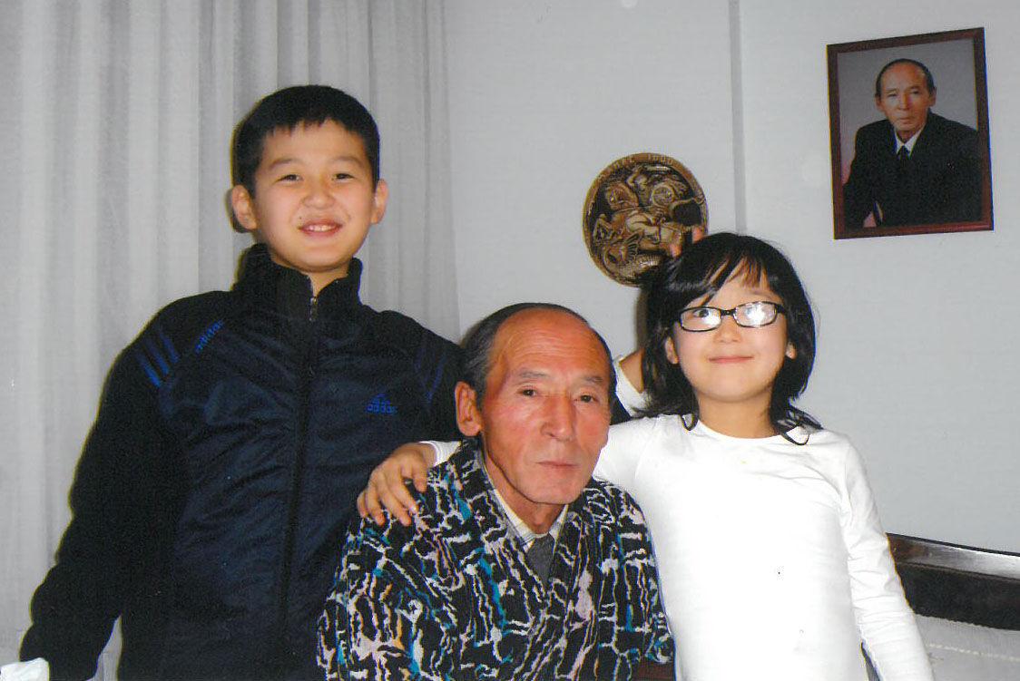 Государственный деятель, автор словаря Кыргыз макал-лакаптары Мусин Орозбаев с внуками