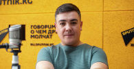 Участник команды Азия MIX Сергей Душимов во время беседы на радио Sputnik