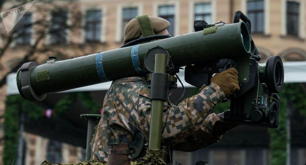 Латвийский военнослужащий с противотанковым ракетным комплексом. Архивное фото