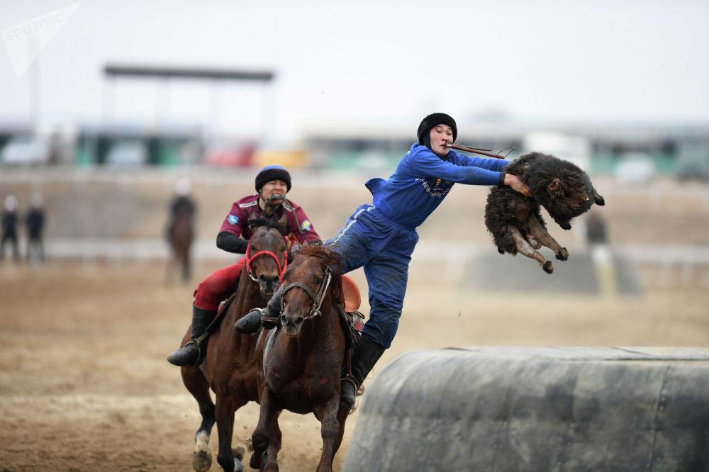 Капитан Ынтымака Жолдошбек Орозбаев бросает тушу в тай-казан