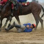 В кок-бору спортсмены нередко падают на землю. На фото: Нуржан Мелисбек уулу сжал камчу зубами и сгруппировался, чтобы не получить травму.