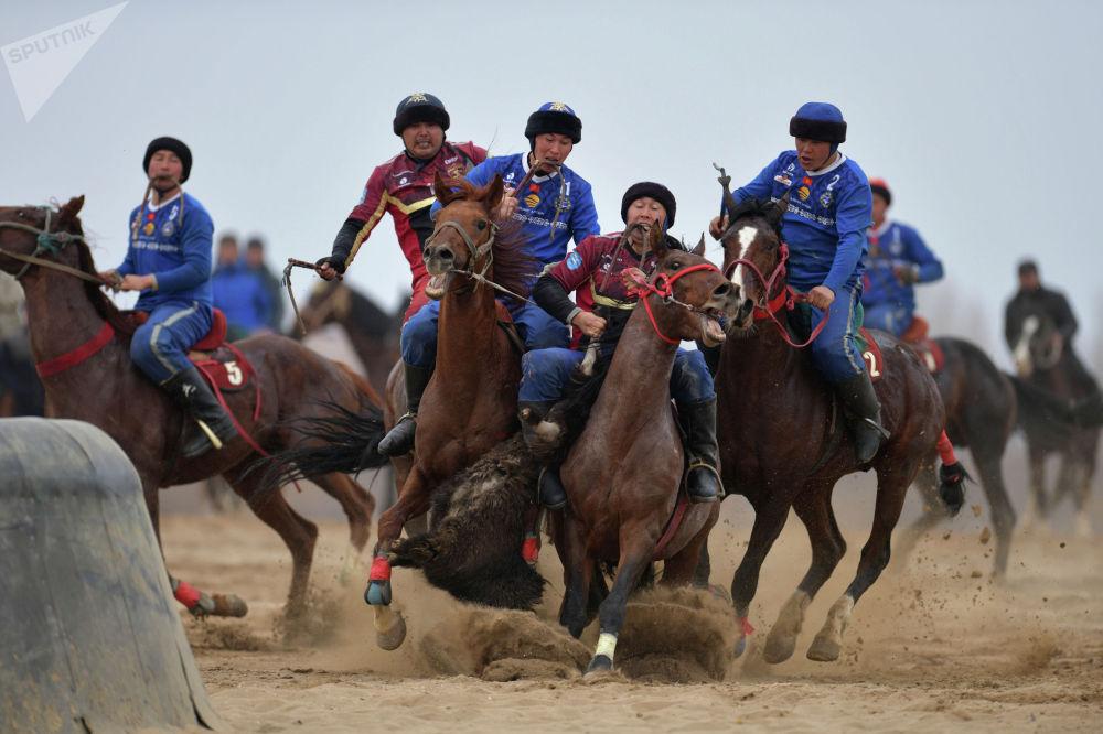Во втором периоде ошская команда прибавила в темпе и заработала сразу два очка. Результативными бросками отличились Султан Русланов и Майрамбек Рыспеков.