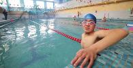 Семь лет назад жизнь Дастана Камчыбекова сильно изменилась — ему пришлось заново учиться ходить и читать. Но он не просто справился, а профессионально занялся спортом. Сейчас юноша готовится к Чемпионату Азии по паратриатлону и играет в футбол.