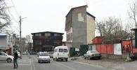 Здание на пересечении улиц Горького и Абая, которое кажется очень тонким в ширину