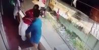 В Индии мужчина спас потерявшего сознание коллегу от неминуемой смерти — он успел поймать его за ногу в момент падения с балкона.