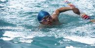 Паратриатлонист Дастан Камчыбеков во время тренировок в бассейне Дельфин в Бишкеке