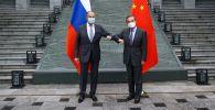 Министр иностранных дел РФ Сергей Лавров (слева) и министр иностранных дел КНР Ван И во время встречи в Гуйлине.