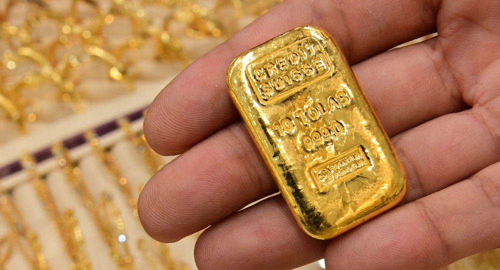 Киши алтын куманы кармап турат. Архив