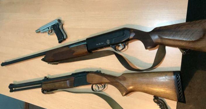 Изъятые виды огнестрельного оружия и боеприпасов за нарушение условий хранения и незаконный оборот в Бишкеке. 24 марта 2021 года