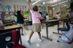 Дети выполняют упражнения в детском саду. Архивное фото