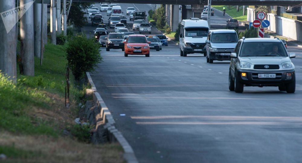 Автомобильный трафик на одной из улиц Бишкека. Архивное фото